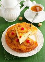 gâteau à l'ananas à l'envers avec du caramel. photo