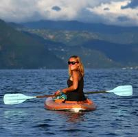 jeune femme en kayak photo