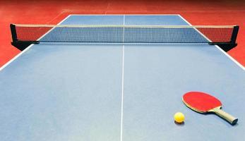 équipement de tennis de table - raquette, balle et filet photo