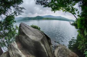 Lac santeetlah dans les grandes montagnes enfumées en Caroline du Nord photo