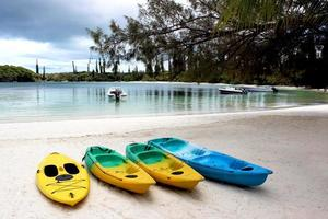 Kayaks colorés sur la plage de sable, île des pins, Nouvelle-Calédonie