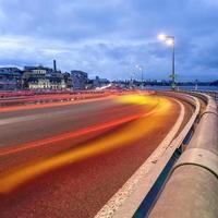 sentiers de lumière de voiture et paysage urbain.