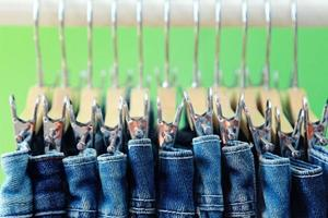rangée de jeans bleus pendus photo