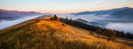 coucher de soleil majestueux dans le paysage des montagnes photo