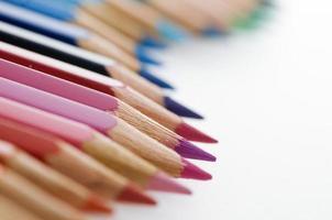 crayons de couleur dans une rangée ondulée photo