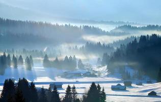 rayons de soleil sur les Alpes d'hiver photo