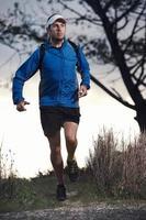 homme de course sur sentier photo