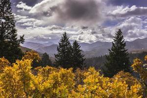 neige sur les montagnes de wasatch le long de la boucle alpine (utah) photo