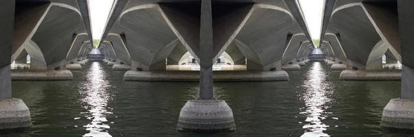 sous un pont en béton avec les eaux de la rivière. photo