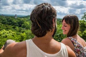 couple voyageant au guatémala, vue sur la forêt tropicale et les ruines mayas.