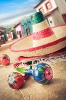 """chapeau mexicain, ou """"sombrero"""" et hochets sur un """"serape"""""""