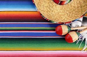 fond mexicain avec couverture traditionnelle et sombrero photo