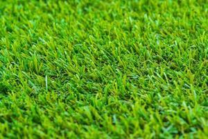 gros plan de l'herbe verte de golf photo