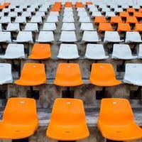 Sièges de stade vide orange dans l'arène photo