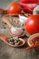 épices en poudre sur des cuillères en fond de table en bois noir