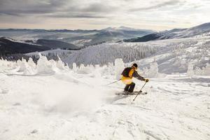 homme, ski neige, contre, ciel bleu