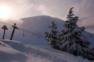 Station de ski d'Alyeska le jour de la neige poudreuse profonde avec ascenseur photo