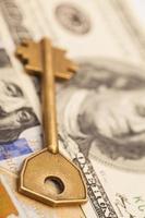 gros plan de la clé sur les billets de cent dollars
