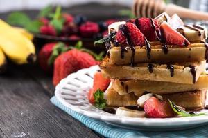 gaufres sucrées aux fruits et au chocolat photo