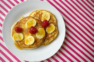 petit déjeuner crumpets avec banane et framboise photo