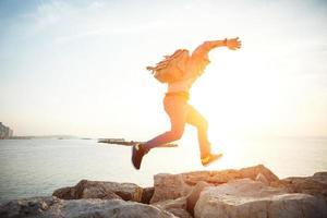 voyageur courir au coucher du soleil photo
