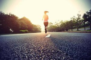 athlète coureur courir sur route. photo