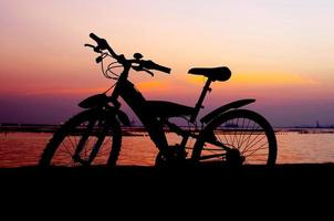 silhouette de vélo de montagne avec ciel coucher de soleil photo