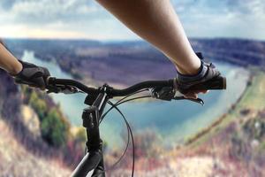 cycliste de vélo de montagne équitation piste unique. photo