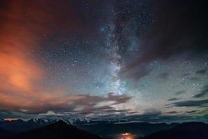 fantastique pluie de météores d'hiver et les montagnes enneigées photo