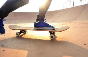 skateboarder chez skatepark photo