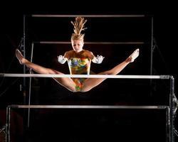 attrape-la fille! gymnaste en vol photo