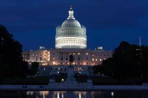 bâtiment capitole des États-Unis dans la nuit photo