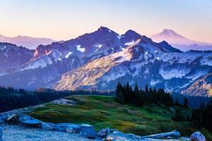 chaîne de montagnes au lever du soleil photo