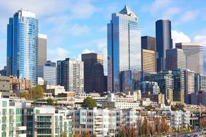 vue sur le centre-ville de Seattle depuis la jetée. photo