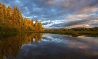lever du soleil au bord du lac photo