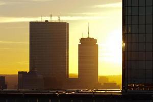 coucher de soleil derrière des gratte-ciel à boston