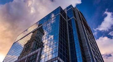 bâtiment moderne au coucher du soleil à boston, massachusetts.