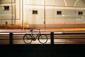 faire du vélo dans la ville de nuit photo