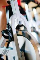 vélo exerçant dans la salle de gym photo