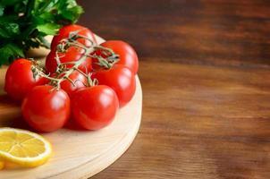 légumes sur planche à découper photo