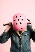 drôle, femme, porter, casque cyclisme, portrait, fond rose, vraies personnes photo