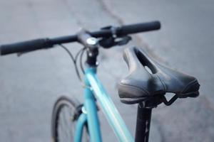 siège d'un vélo garé dans le parc. photo