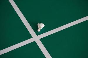 volant utilisé à l'intérieur d'un terrain de badminton photo