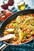 paella espagnole aux fruits de mer photo