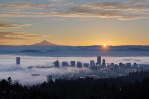 lever du soleil sur le paysage urbain brumeux de portland avec capot mt photo