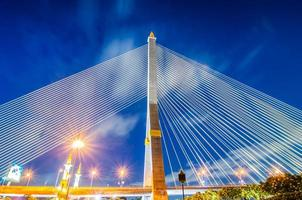 Pont Rama VIII la nuit à Bangkok en Thaïlande