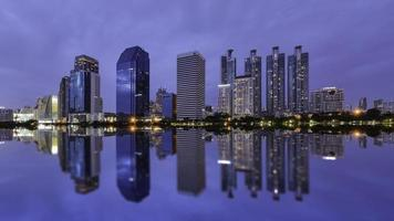 Centre-ville de Bangkok la nuit avec reflet de l'horizon, Bangkok, Thaïlande photo