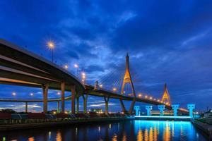 Pont de bhumibol au crépuscule, Bangkok, Thaïlande photo