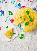 tarte aux blinis avec le lait caillé de citron. photo