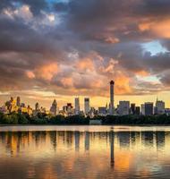 nuages au coucher du soleil, gratte-ciel de Manhattan à travers Central Park